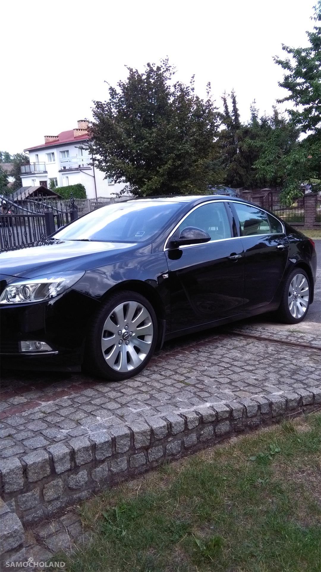 Opel Insignia Auto kupione w Polskim salonie Opla.Pierwszy właściciel, od początku garażowany.Stan techniczny oraz wnętrza bardzo dobry. Niwielki przebieg - 83400 km. 2